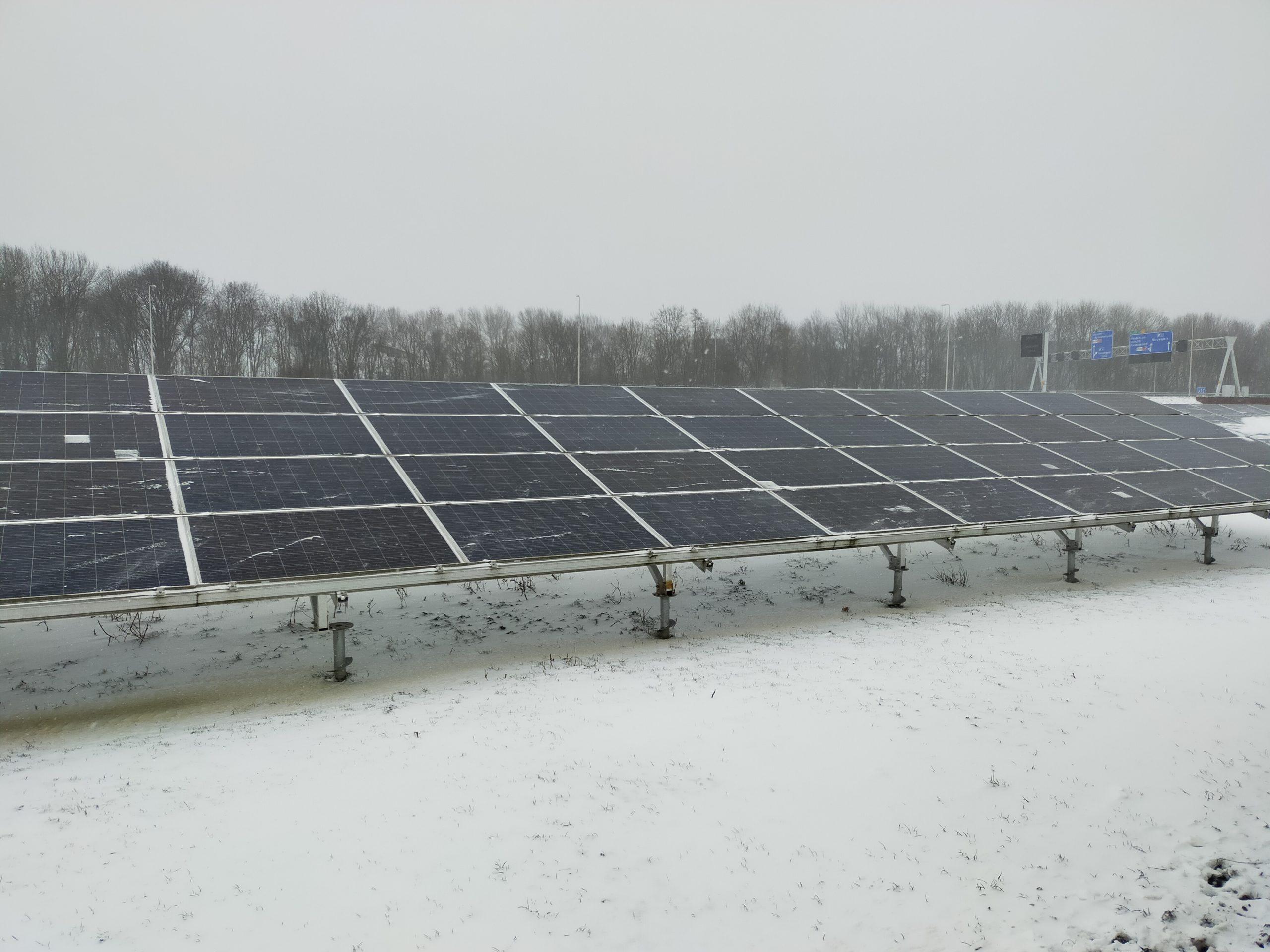 Het zonnepark in de winter